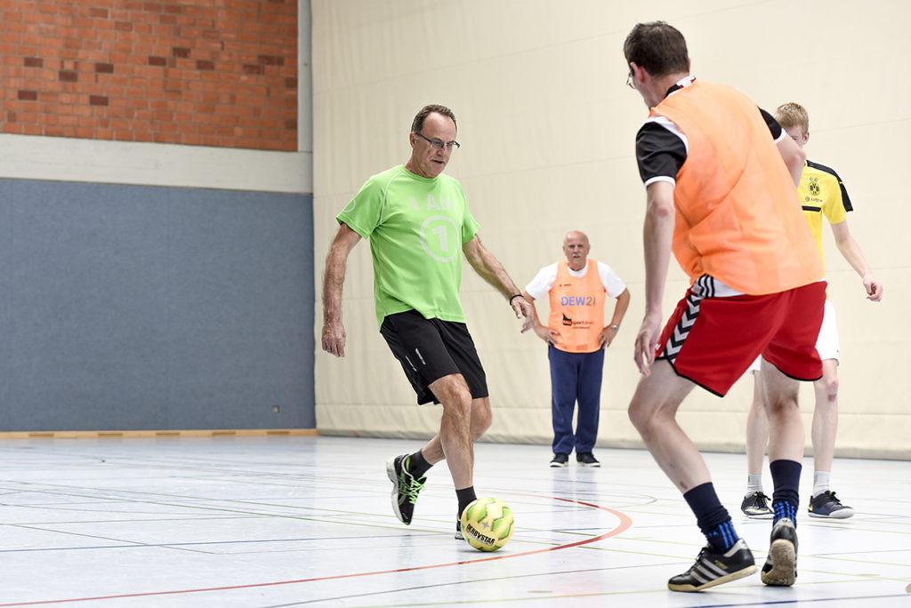 Nicht laufen, aber immer in Bewegung! Walking Fußball hält fit und macht jede Menge Spaß. Foto: Jan Weckelmann