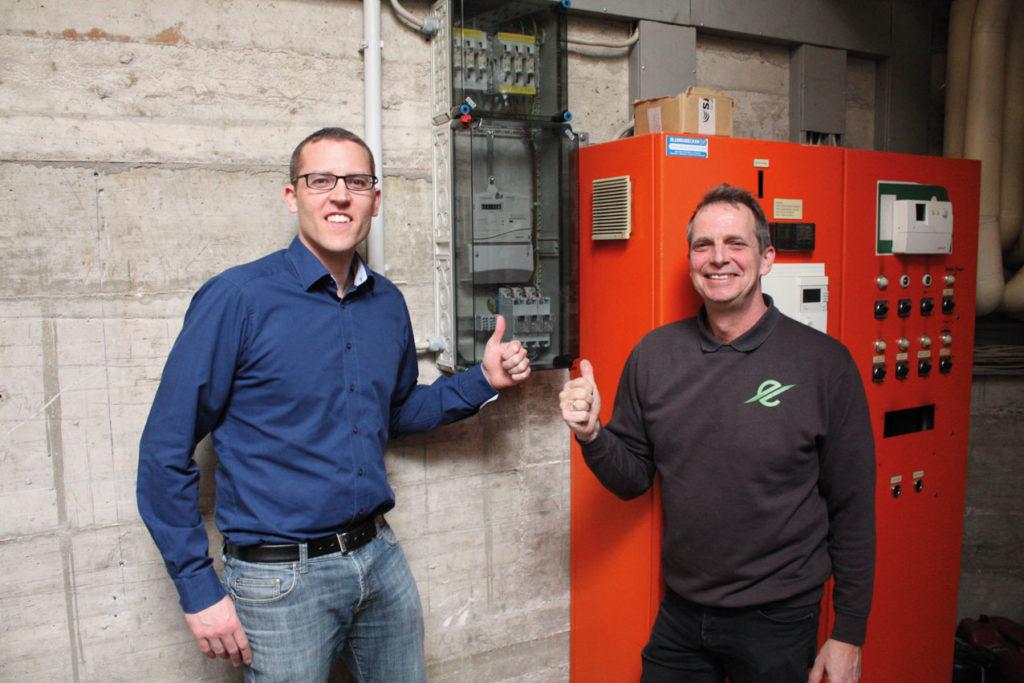 Geschafft! Alexander Kiel (Vorstandsvorsitzender, links) und Dirk Hansmeier (Leitung Sportstättenmanagement, rechts) freuen sich am 27.03.207 darüber, dass das Blockheizkraftwerk seit Inbetriebnahme 1 Mio. kWh an elektrischer Energie erzeugt hat.
