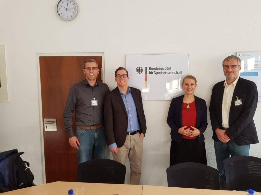 Alexander Kiel (l.) bei seinem Besuch des Bundesinstituts für Sportwissenschaft.