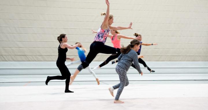 Akrobatik Tanz verbindet Groß und Klein