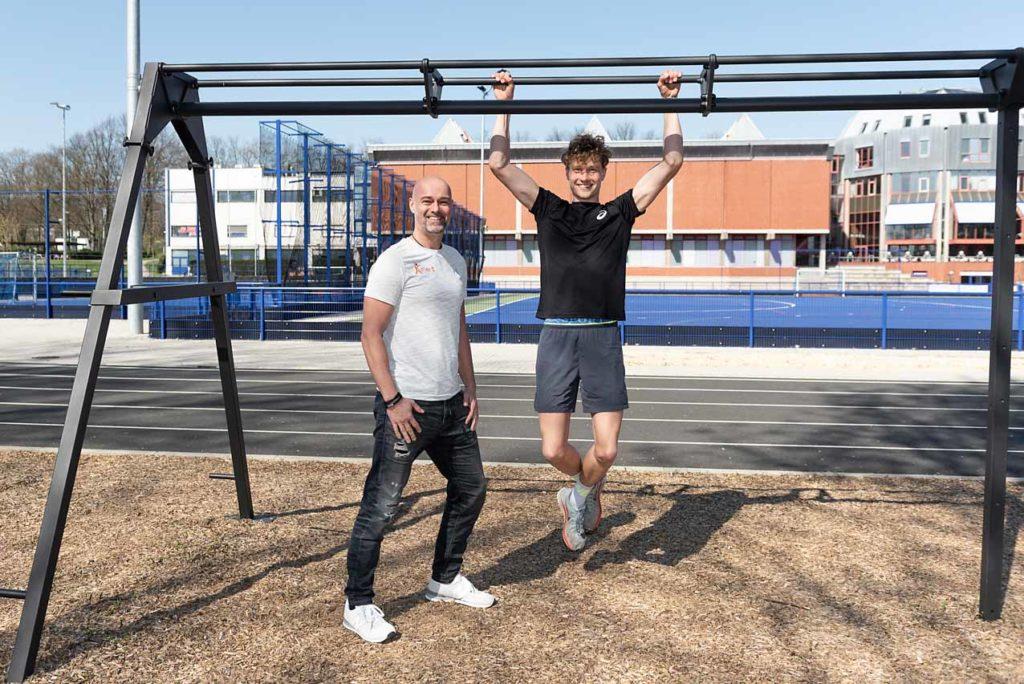 """Christian Kunert (Lehrer des Dortmunder Berufskollegs """"GymDo"""") zusammen mit Schüler Steven Orlowski. Foto: Jan Weckelmann"""