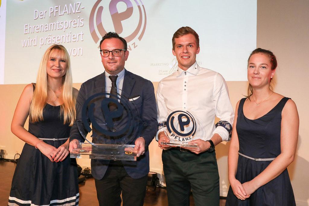 Felix Babilas (2. v.l.), Geschäftsführer des Autohaus Pflanz überreichte TSC-Abteilungsleiter Fechten Egor Evsenin (2. v.r.) den Ehrenamtspreis beim Fest des Dortmunder Sports. Foto: Jan Heinze