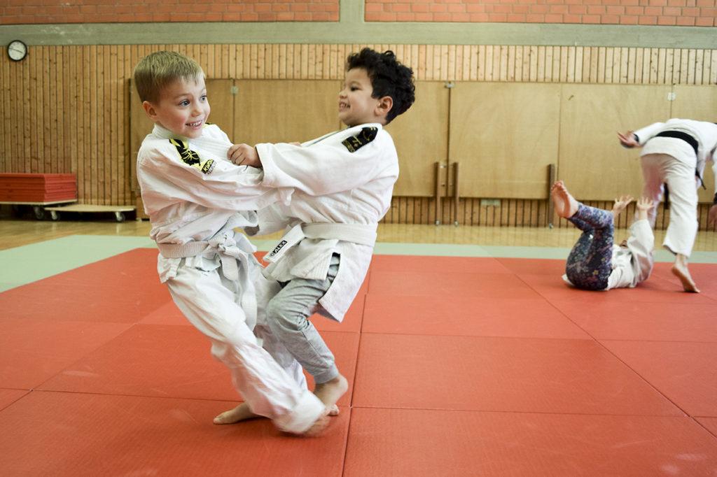 Ob JuKis oder Erwachsene, auf der Judomatte kann nun wieder im üblichen Trainingsbetrieb gerangelt und geworfen werden.