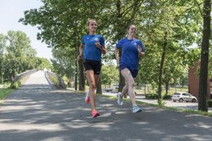 Laura Hansen (l.) und Anna Fuhr sind Laufexpertinnen im TSC Eintracht und betreuen den Lauftreff des Vereins. Foto: Jan Weckelmann