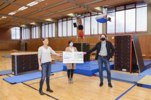 Kurz vor dem Lockdown übergab die Profiliis-Stiftung die Fördersumme für die Parkour-Cubes an den TSC Eintracht. Foto: Jan Weckelmann