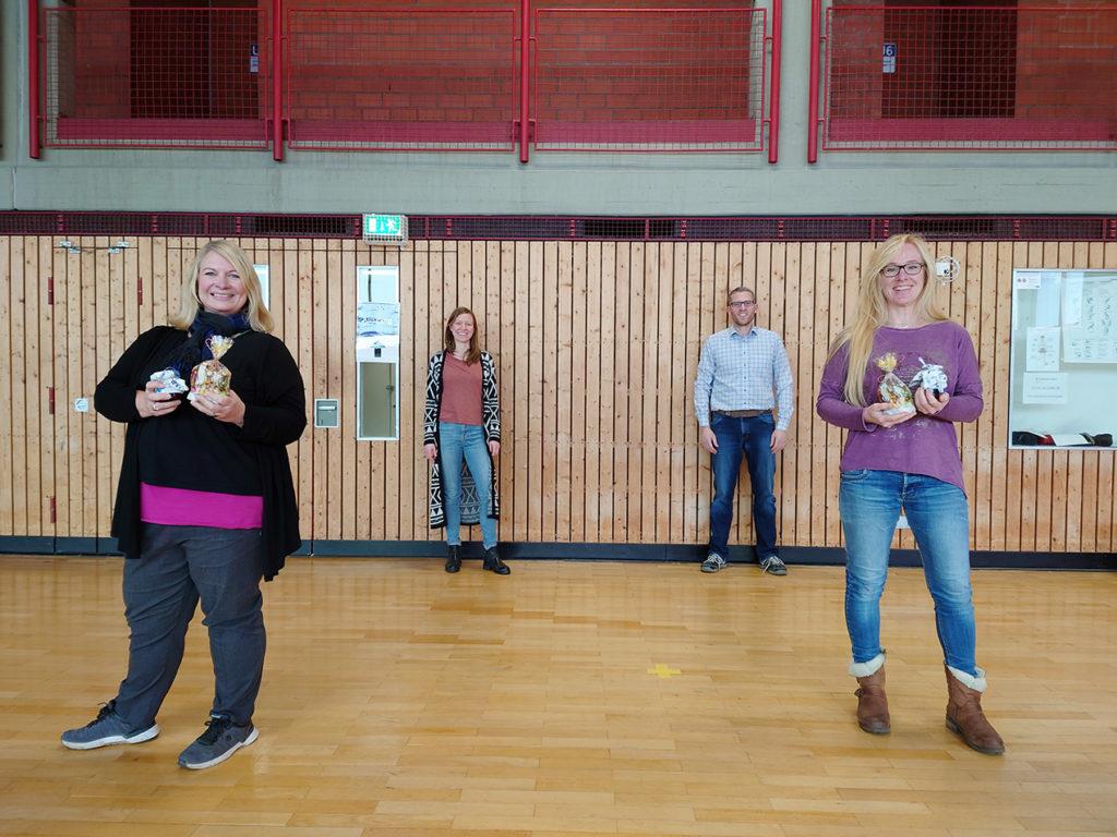 Jana Hasenberg (Vorstand Sport, hinten links) und Alexander Kiel (Vorstandsvorsitzender, hinten rechts) dankten Sabine Kosbab (l.) und Daniela Lohse (r.) für ihre vorbildliche Präventionsarbeit als Vertrauenspersonen.