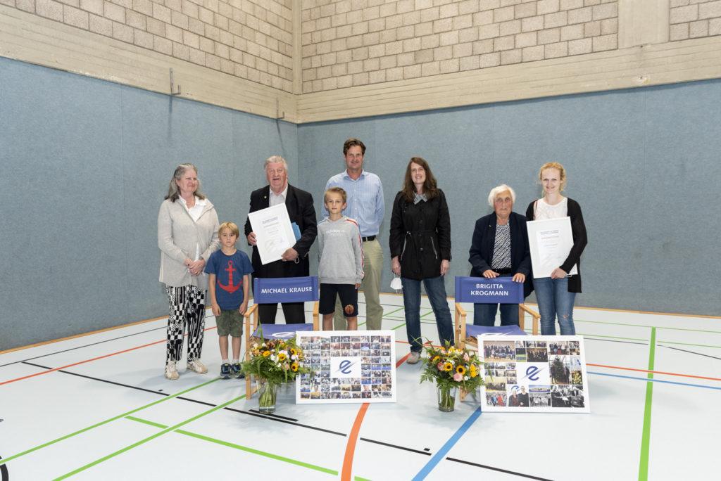 Michael Krause und Brigitta Krogmann wurden zu Ehrenmitgliedern des TSC Eintracht Dortmund benannt. Ihre Familienmitglieder kamen zur Delegiertenversammlung. Foto: Jan Weckelmann