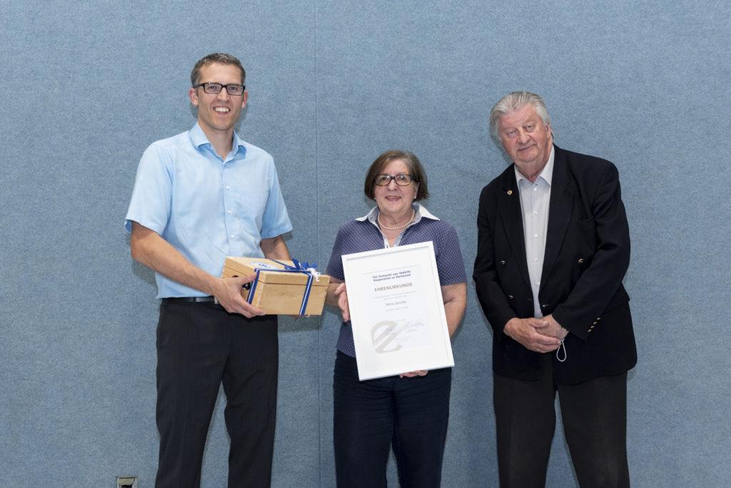 Alexander Kiel und Michael Krause übergeben Petra Jänicke die Silberne Ehrennadel.