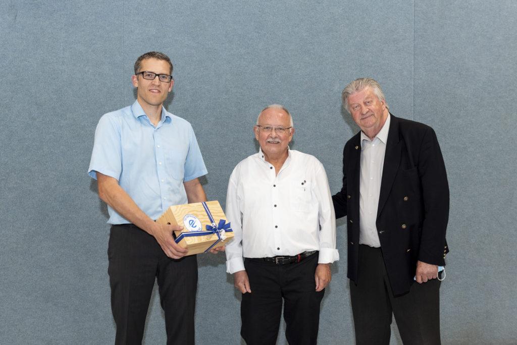 Alexander Kiel und Michael Krause übergeben Jörg Rüppel die Silberne Ehrennadel.